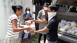 Mit den Spenden aus dem Corona-Hilfsfond unterstützt  SAVE Wanderarbeiter*innen der Textilbranche in Indien<BR>Mary Viyakula,  Geschäftsführerin von SAVE (r.i.B., erstes Foto)  © SAVE