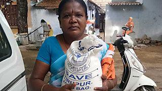 Mit den Spenden aus dem Corona-Hilfsfond unterstützt SAVE Wanderarbeiter*innen der Textilbranche in Indien © SAVE